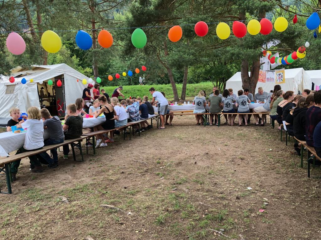 Beim Ritteressen durften alle mit den Händen essen...