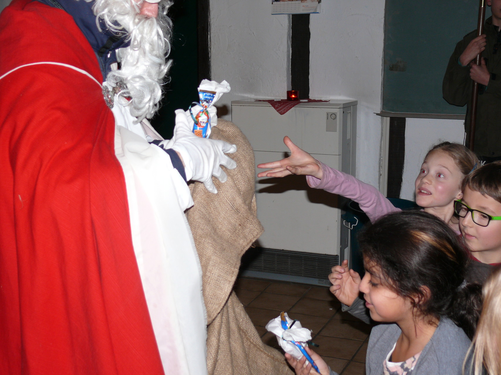... und dann alle Kinder ein kleines Geschenk erhalten...