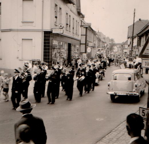Umzug zum 1. Seifenkistenrennen 1960