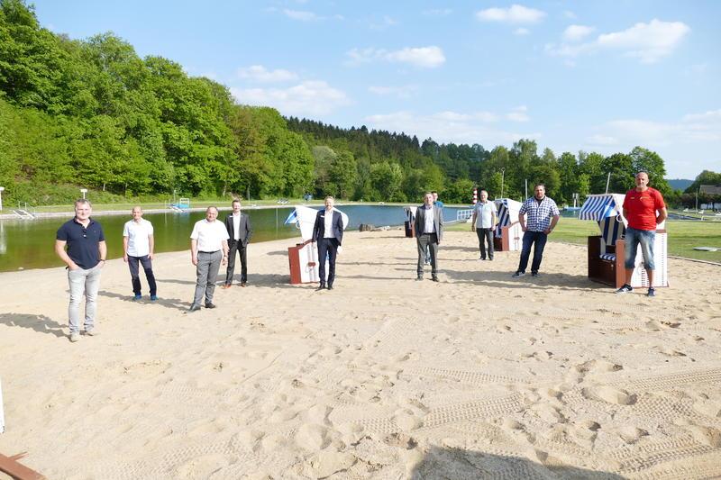 Alle Beteiligten freuen sich über den neu angelegten Sandstrand.