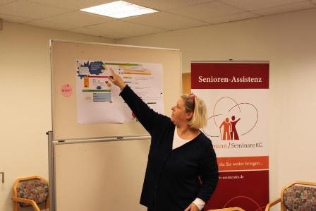 Senioren-Assistentin stellt ihre Projektarbeit vor