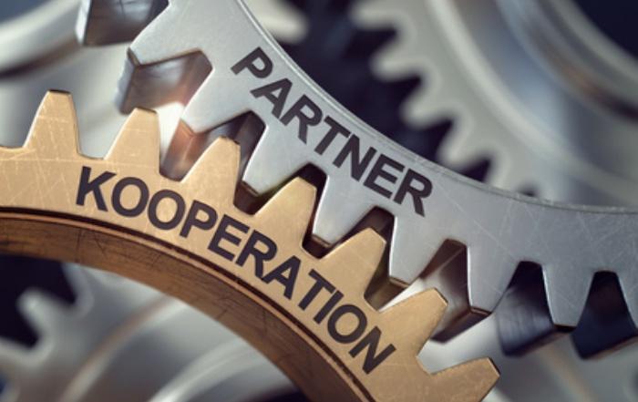 Zahnräder Koopertion und Partner greifen ineinander.