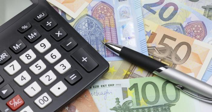 Taschenrechner und Geldscheine