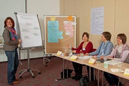 Seminarteilnehmer und Dozentin im Seminar zur Senioren-Assistenz