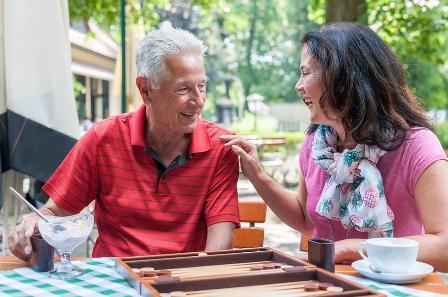 Senioren-Assistentin Katja Bliesze mit Senior an der frischen Luft.