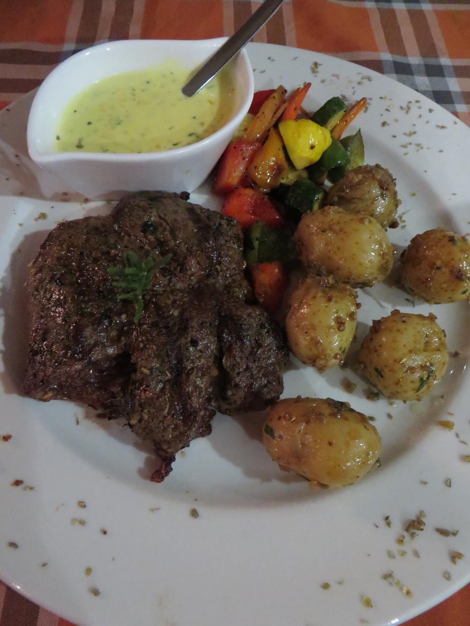 Rinderhuftsteak mit Knoblauchkartoffeln und gedünstetem Gemüse