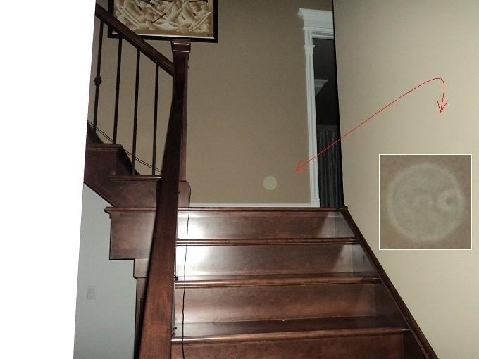 Un orbe dans les escaliers