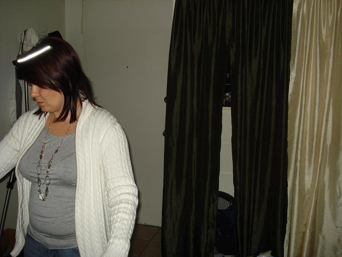 Observez-bien cette photo ! Que voyez-vous ? C'est un reflet causé par la lampe vidéo qui se trouvait juste derrière l'enquêteuse.