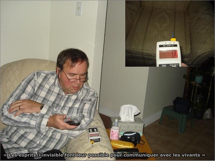 L'enquêteur Luc-étienne avec le détecteur de champ électromagnétique