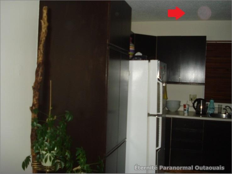 Un orbe de couleur rosé dans la cuisine