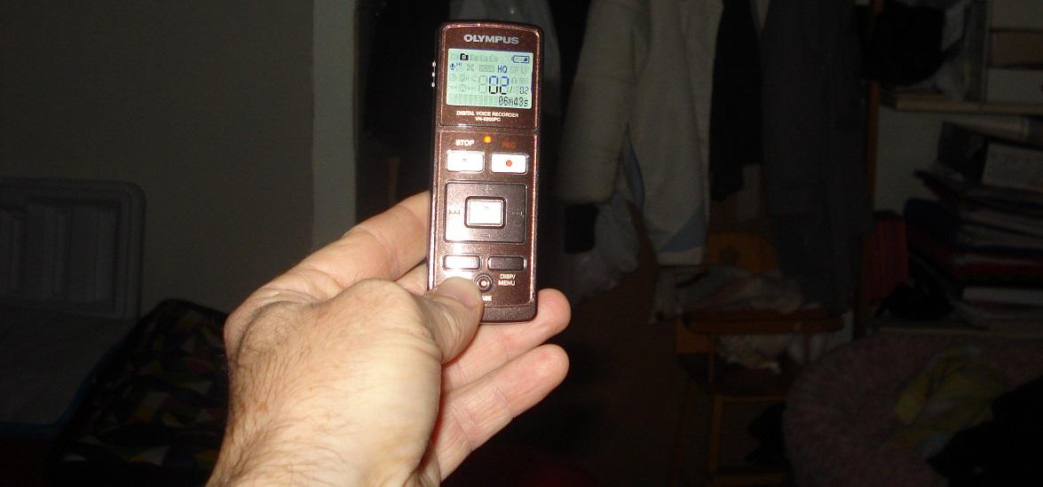 Avec un enregistreur numérique vocal, il est possible d'enregistrer les voix des défunts « esprit » grâce à la technique de Transcommunication Instrumentale.