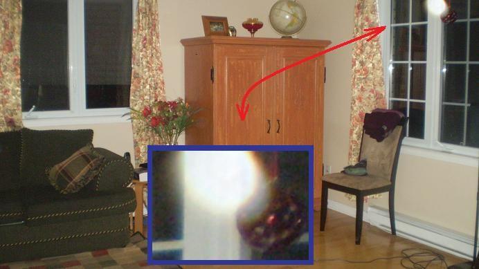 Au centre du panneau central de la vitrine, on peut y apercevoir une curieuse luminosité blanche.