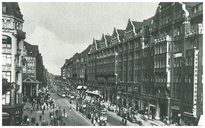 """Mönckebergstraße mit dem """"Rappolthaus"""" in den 30er Jahren. Die vier Giebel wurden später im Krieg zerstört."""