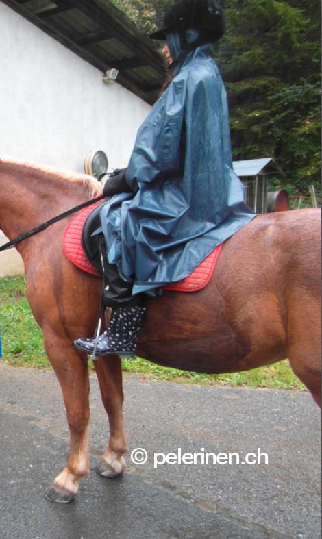Einfarbige Pelerine beim Reiten (Kundenfoto)