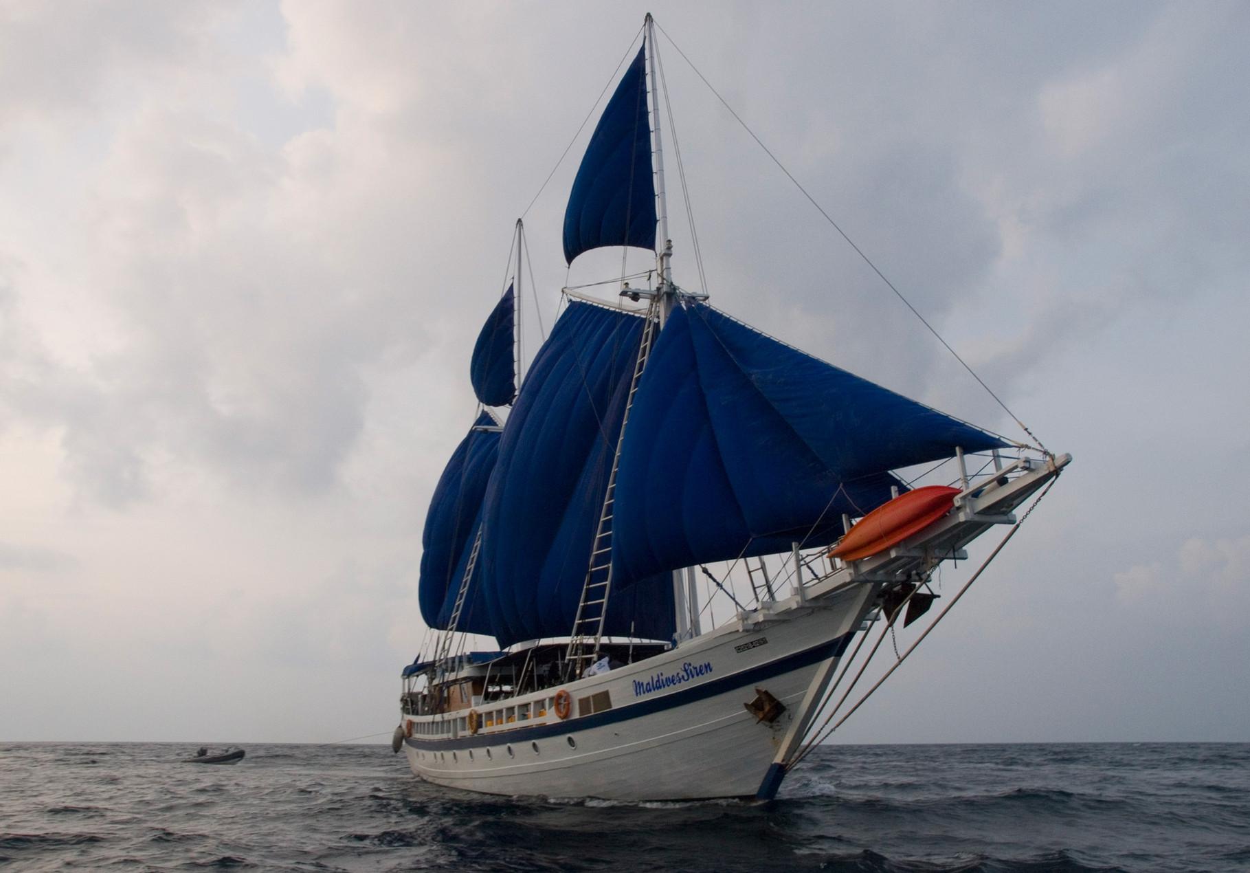 SY Maldives Siren