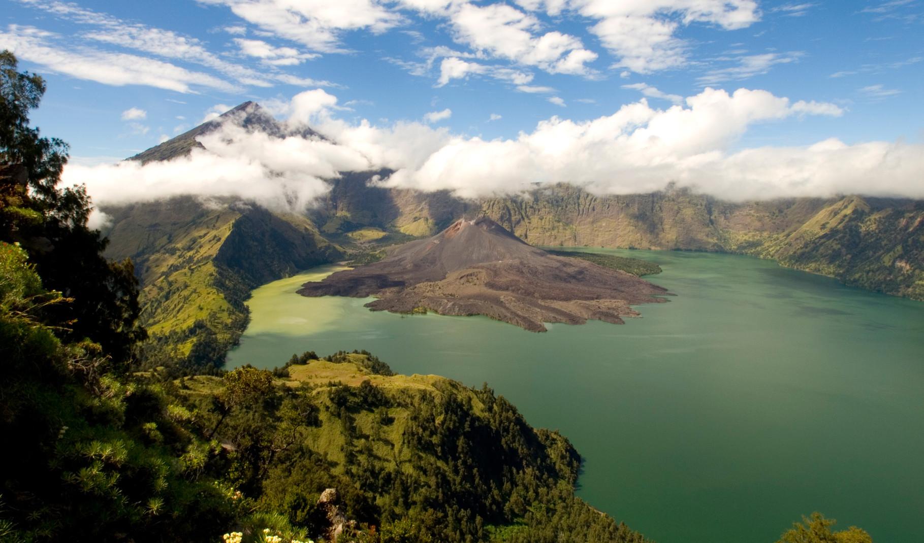 Rinjani: crater lake