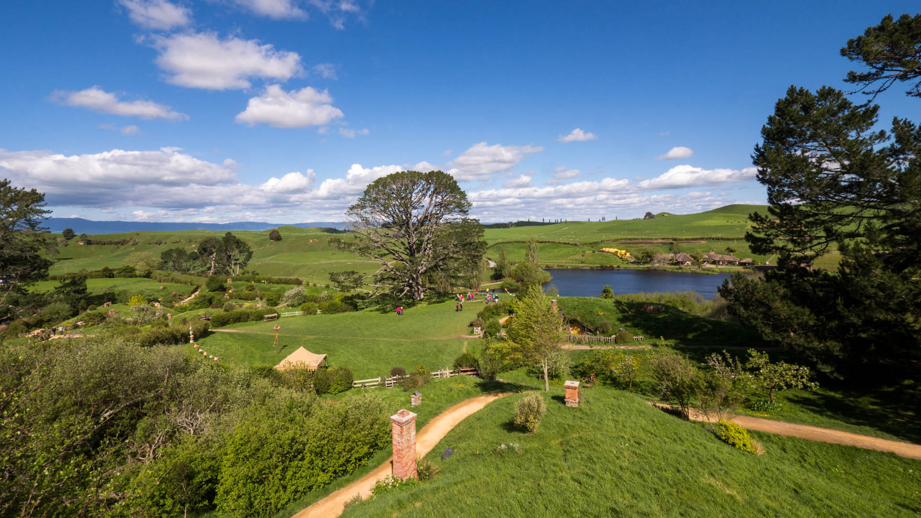 "Hobbiton in the ""Shire"" (zu Deutsch: Auenland), near Matamata: Original movie set of LOTR and The hobbit"