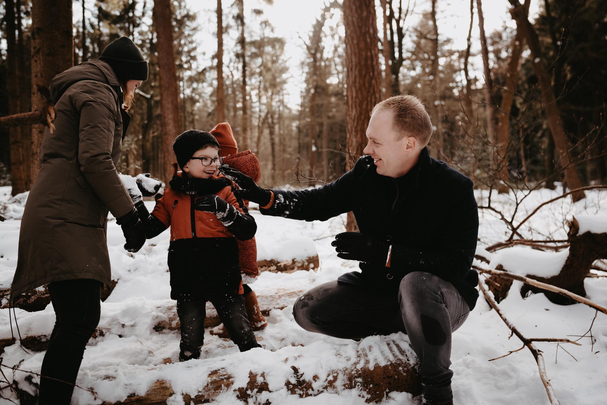 familieshoot-asserbos-sneeuw-drenthe
