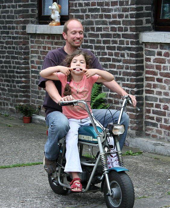 Padre e hija en una Fantic TX7
