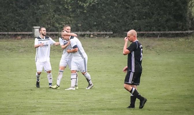 Foto (Raphael Most): FCE-Verteidiger Fabian Kirmeier (rechts) blickt ob der vielen Gegentore bedröppelt drein