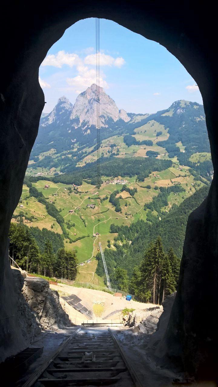 Ausblick aus dem Tunnel von der Standseilbahn (für den Tunellbau) Stoos