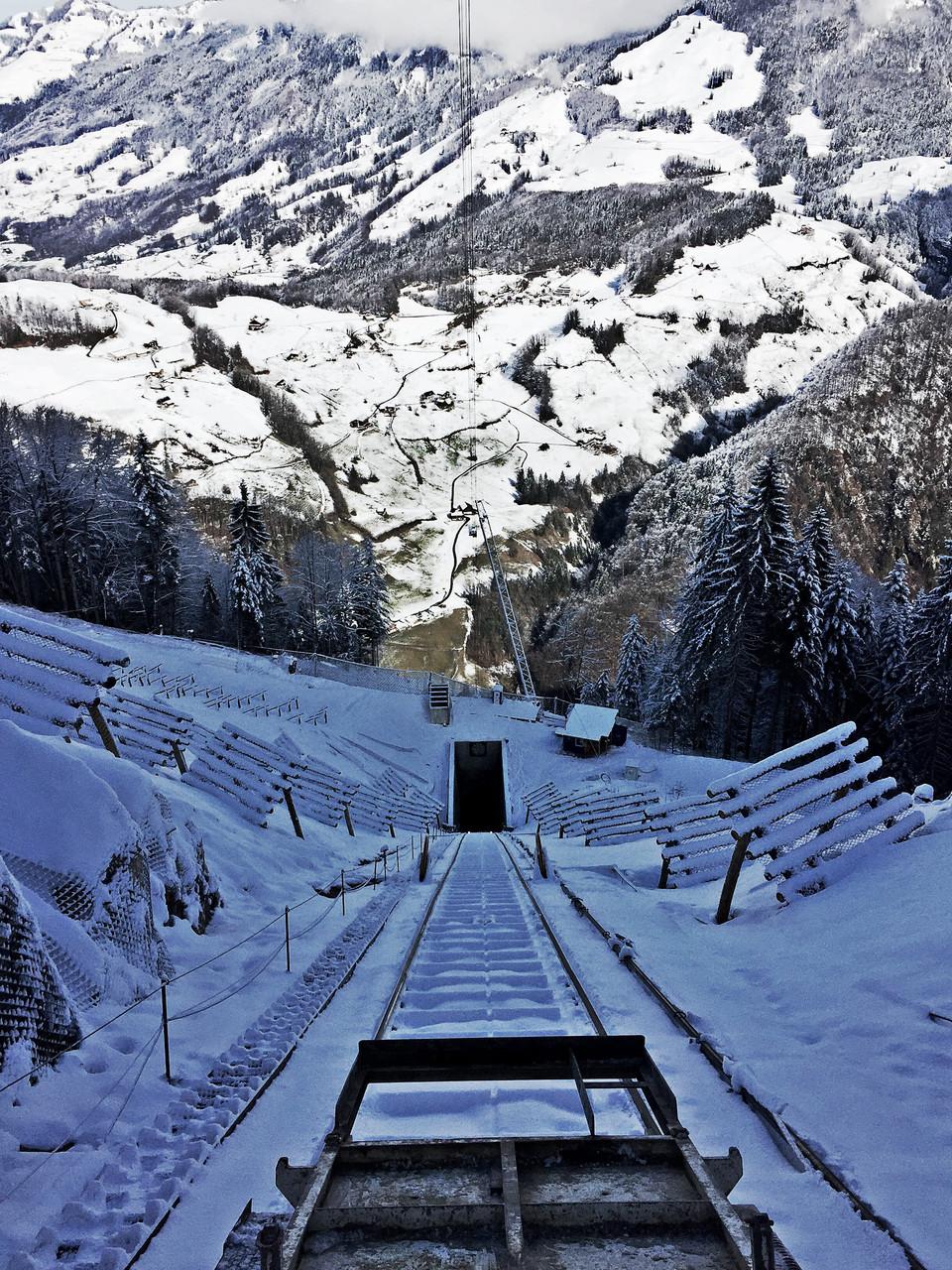Auf der Strecke von der Standseilbahn (für den Tunellbau) Stoos