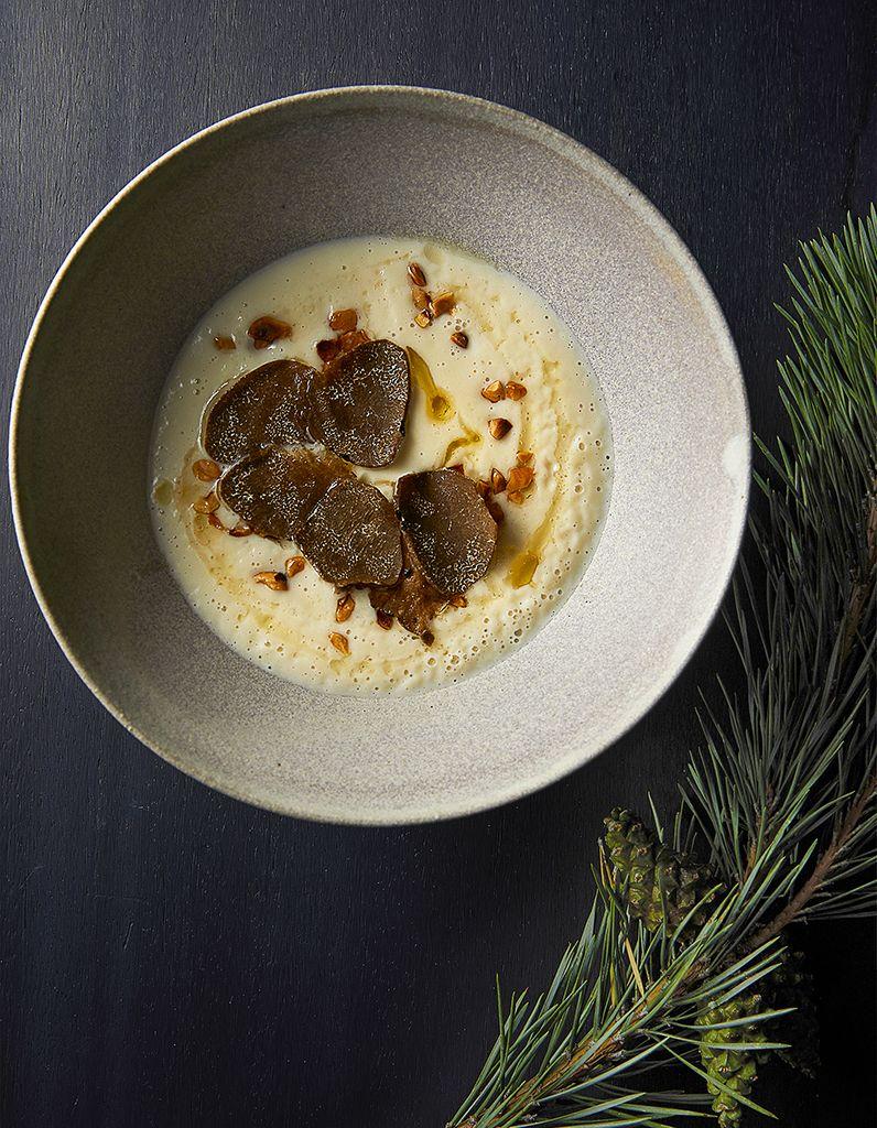 Velouté de topinambours à la fève tonka, noisettes et truffe