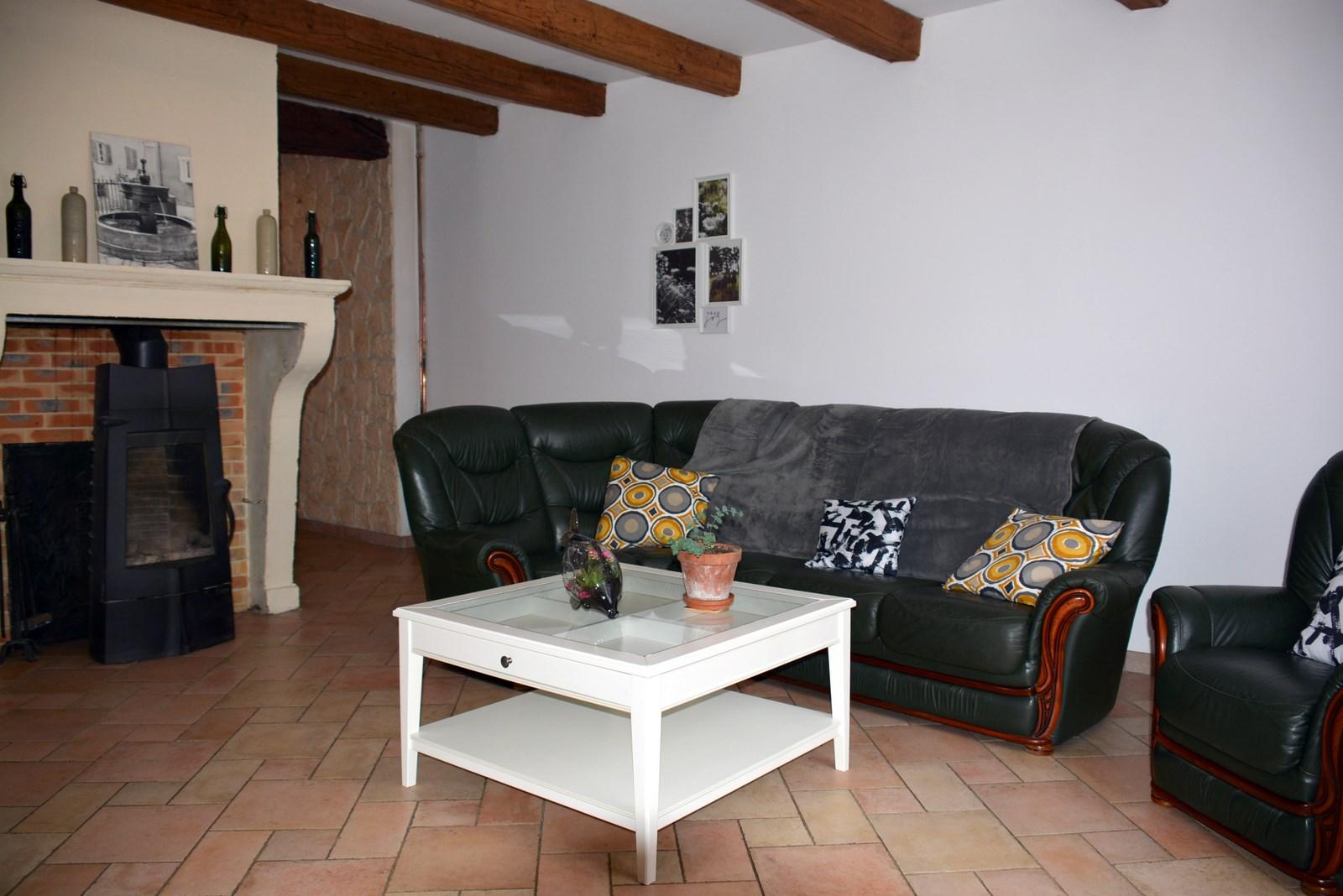 Salon du gîte - sa cheminée, ses poutres - location de vacances en ARGONNE