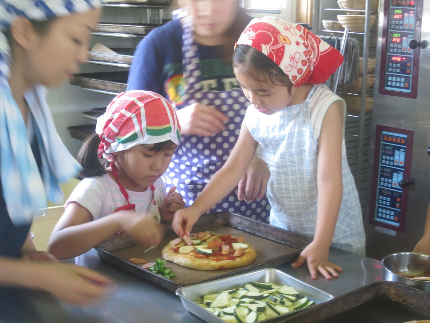 パン工房に戻ったら、穫れたてじゃがいもを使って、ピザ作り!