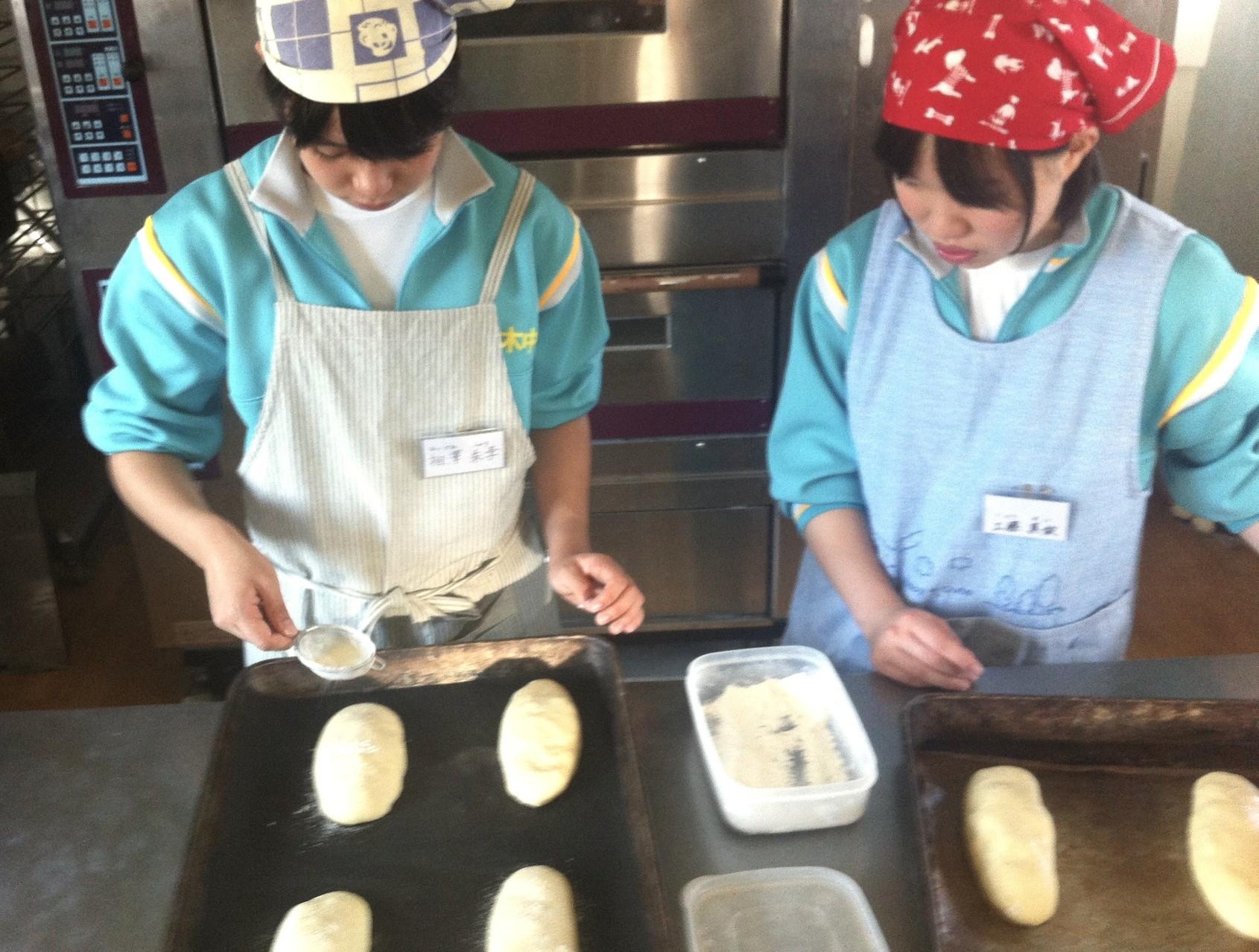 おいしいパンを作るべく、真剣に作業中…
