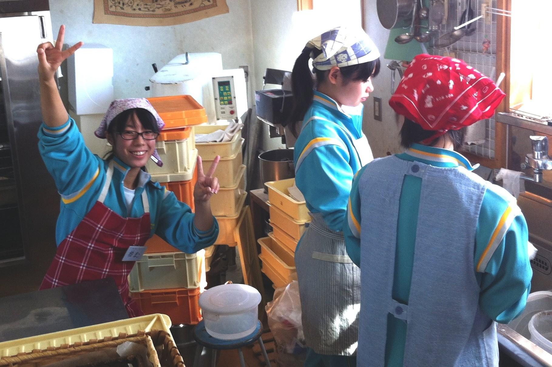 三本木中学校の2年生の皆さんが職場体験に来てくれました^^元気な剣道部の女の子3名です!