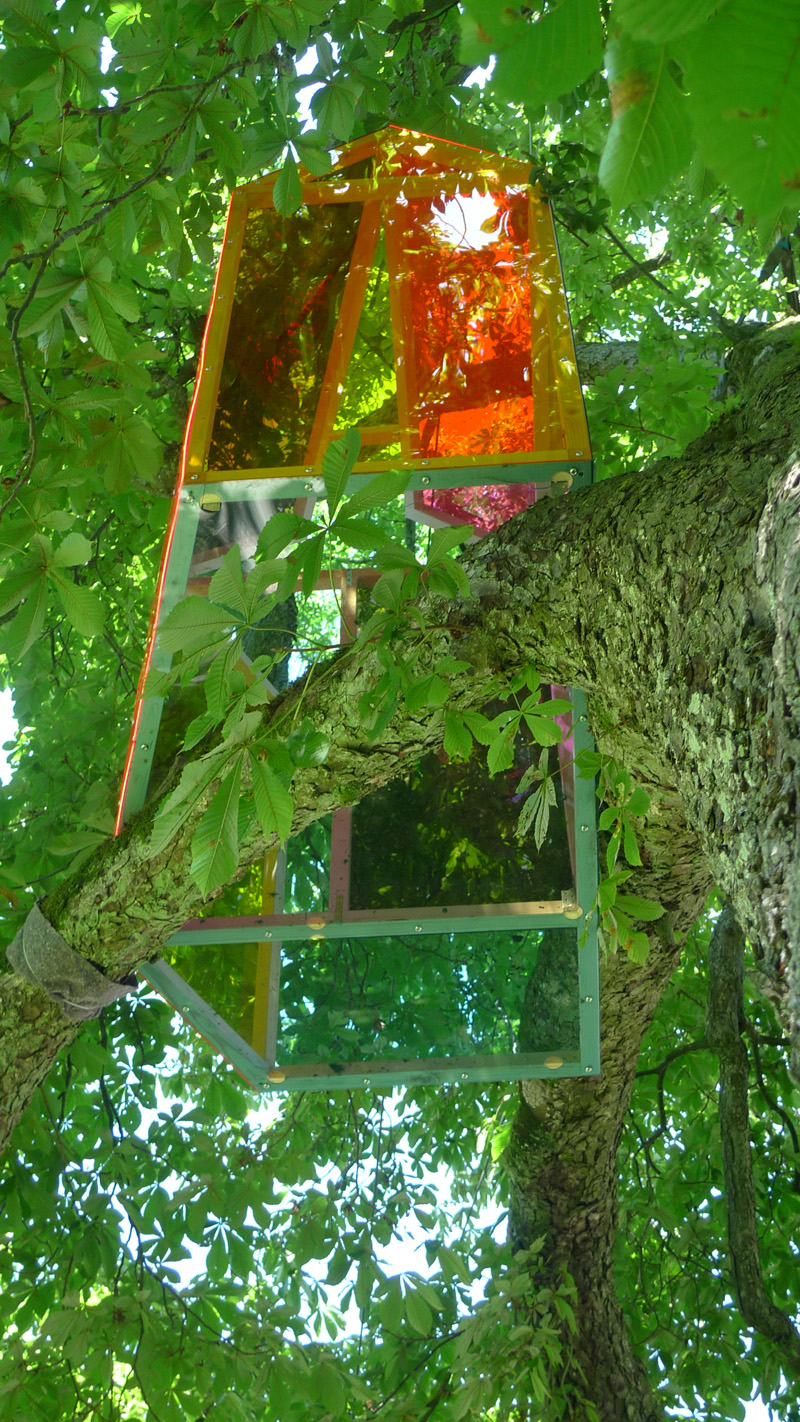 Living room; 2010; Intervention, Plexiglas, Holz; 180 x 180 x 160 cm