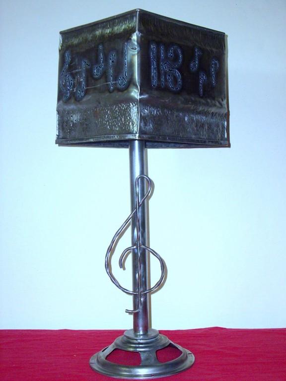 Lampe de salon musique carrée.C:23 H:65Fer martelé.