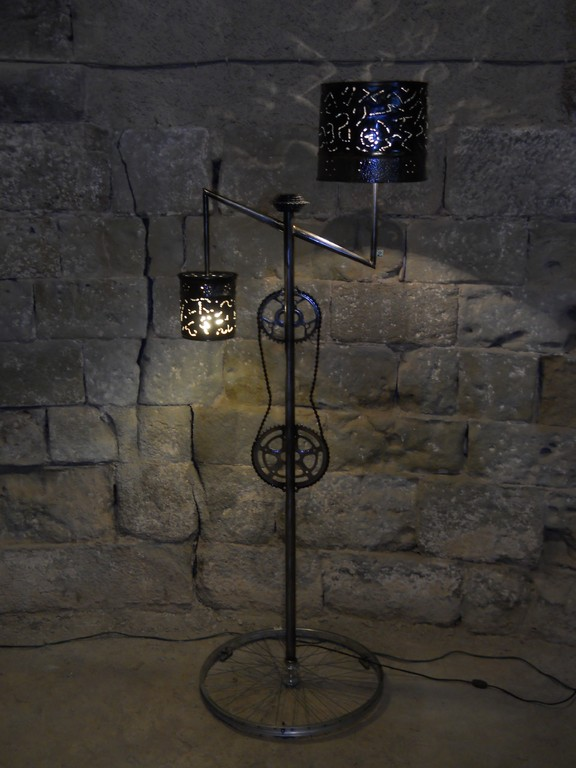 Cyclolampe double D:30cm D:17cm H:180cm L:73cmFer martelé, aluminium, chrome.