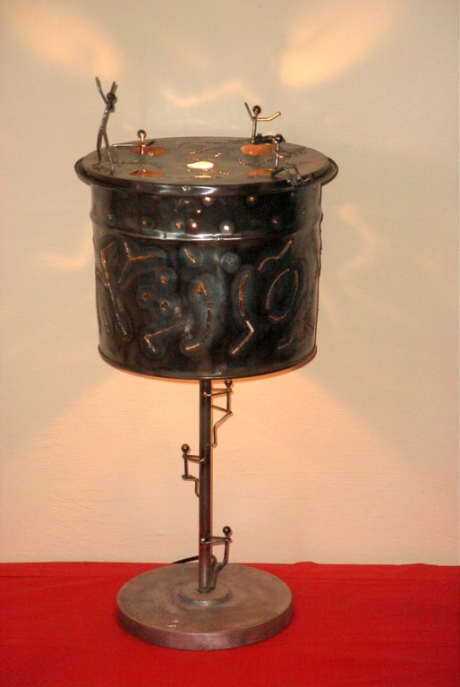 Lampe d'ambiance ronde avec personnages.D:28 H:67Fer, aluminium.