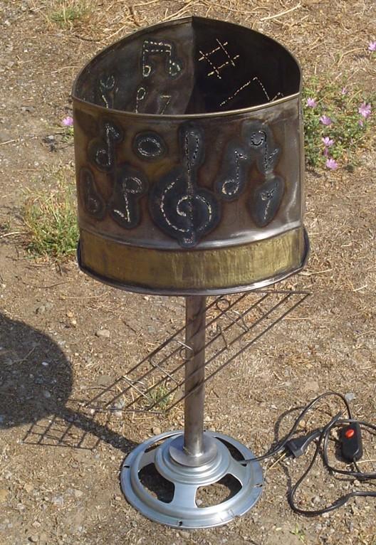 Lampe musique triangulaire H:65 C:28 Fer martelé.