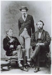 Bob Stevenson debout au centre. R.L.Stevenson à gauche