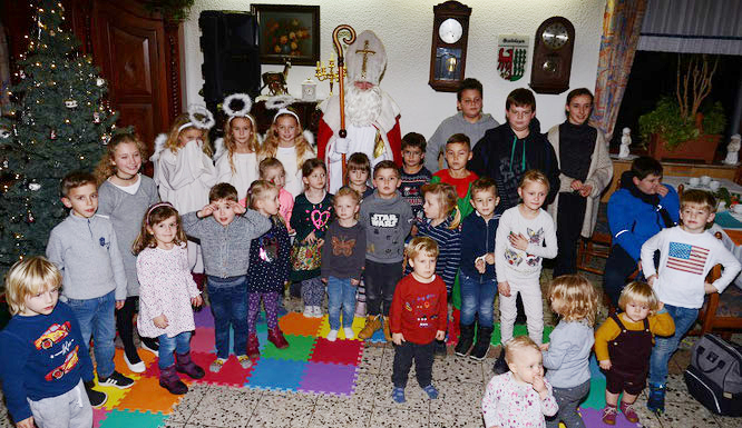 ZuIm Abschluss der gelungenden Nikolausfeier versammelte der Nikolaus viele Kinder um sich. (Foto: GS/GH) weitere Bilder unten in der Bildergalerie