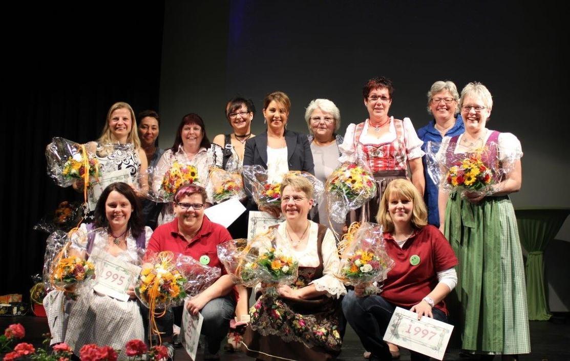 alle ehemaligen Weinköniginnen auf der Bühne