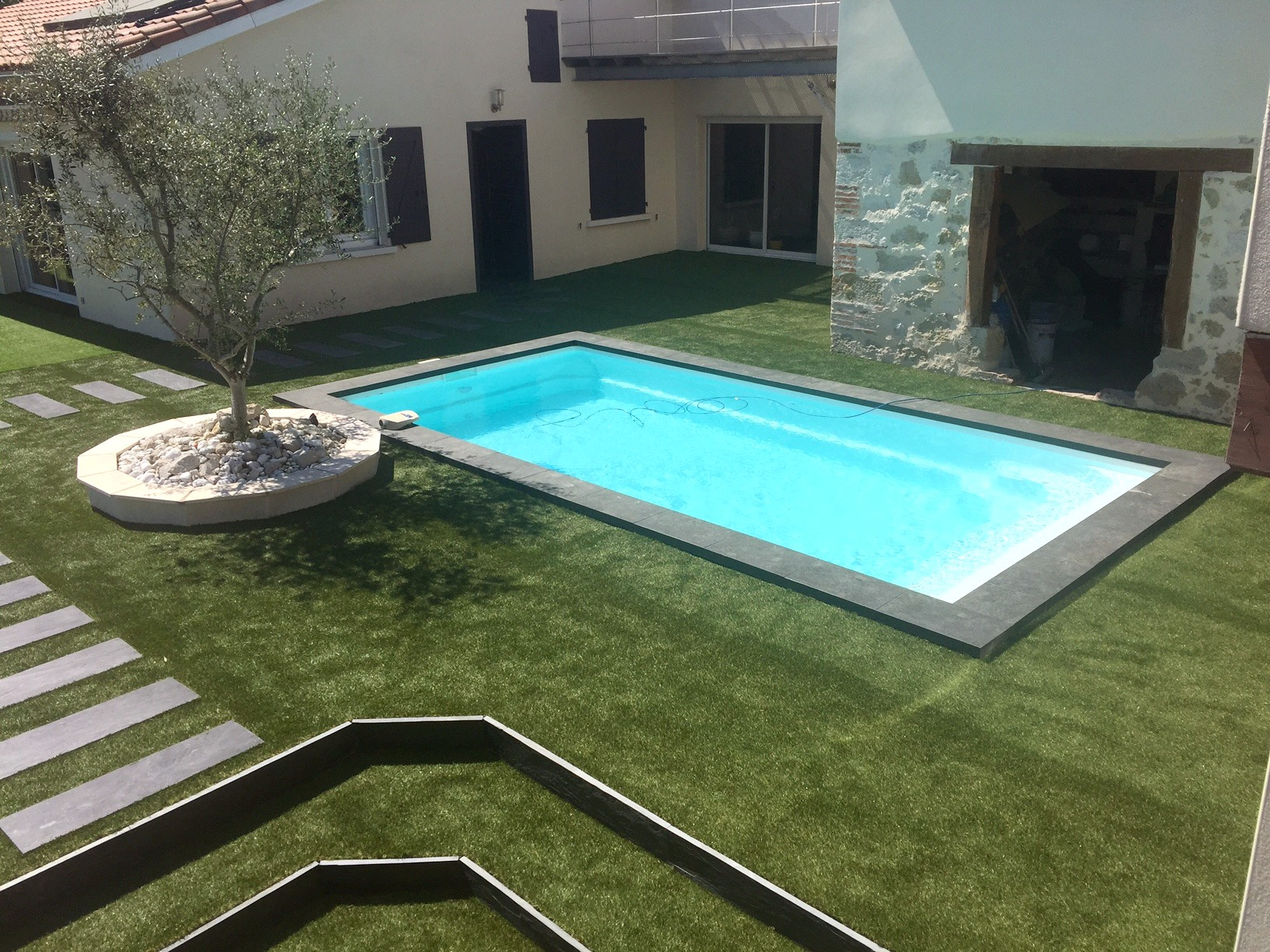 Installations constructions gilbert piscines sas for Carrelage en pierre de lave