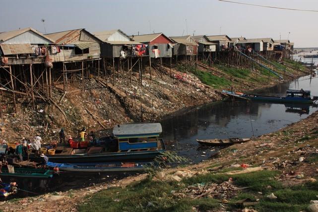 Arrivée à 17 km de Siam Reap : odeur nauséabonde et eau couleur pétrole !