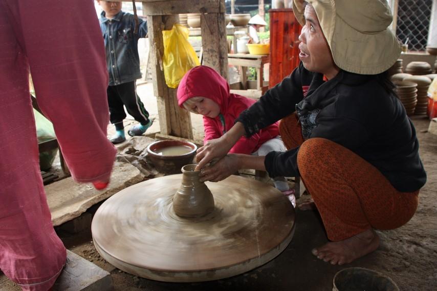 Le lendemain matin ... atelier poterie ... Laia essaie la première