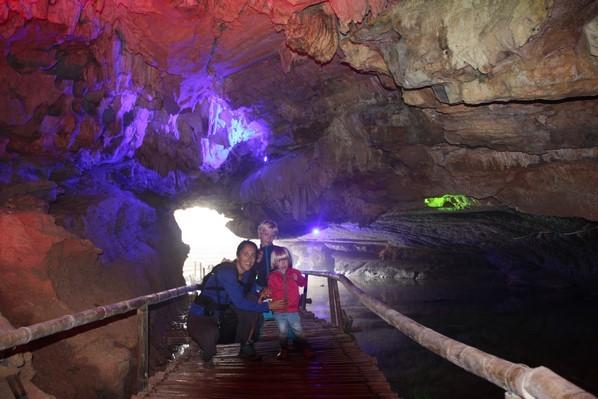 ... de grottes souterraines illuminées avec ponts flottants en bambou