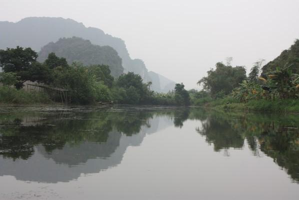 La Baie d'Halong terrestre brumeuse et magique ....