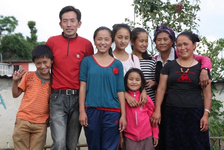 Toute la famille de Pasang ... manque son frère!