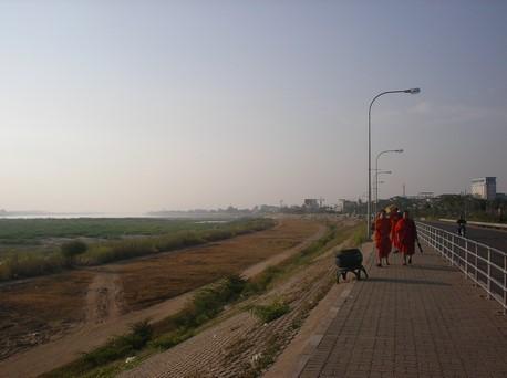 Sur les bords du Mékong des moines se promènent