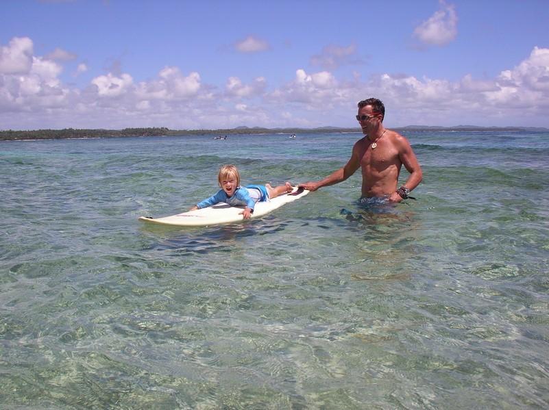 Laia en initiation de surf avec Dani