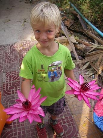 ... tandis que Mael récupère les fleurs
