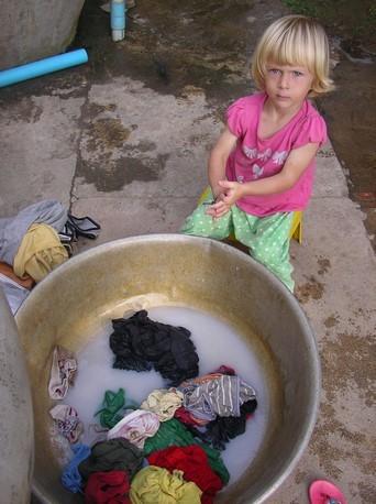 Laia imite sa Maman ... à la lessive !