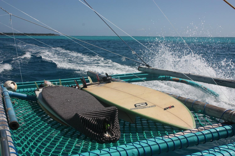 Embarquement sur le Peter Pan avec les planches de surf